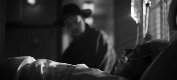 Mank alité, avec en fond Orson Welles (Mank de Fincher)