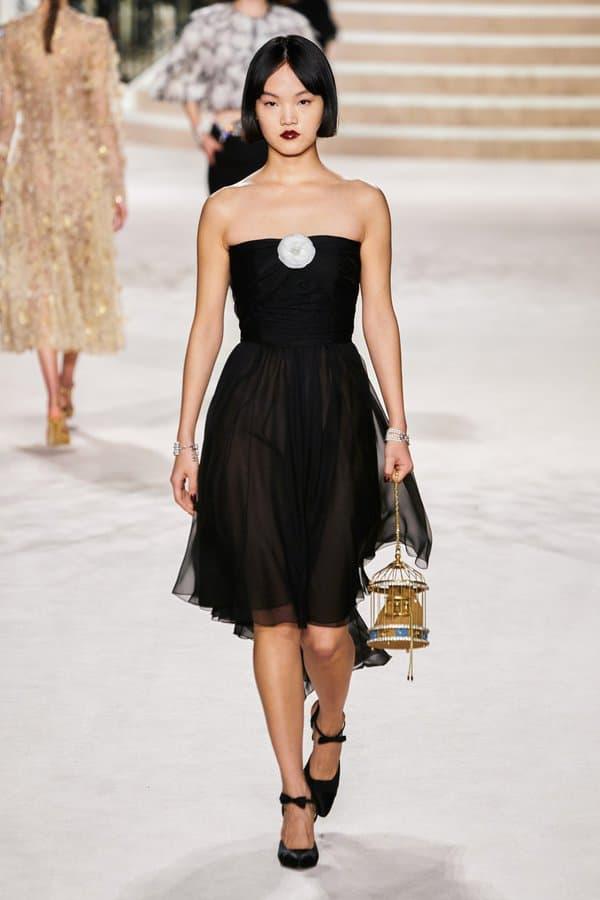 Une petite robe noir Chanel, lors du défilé Pré-Fall 2020
